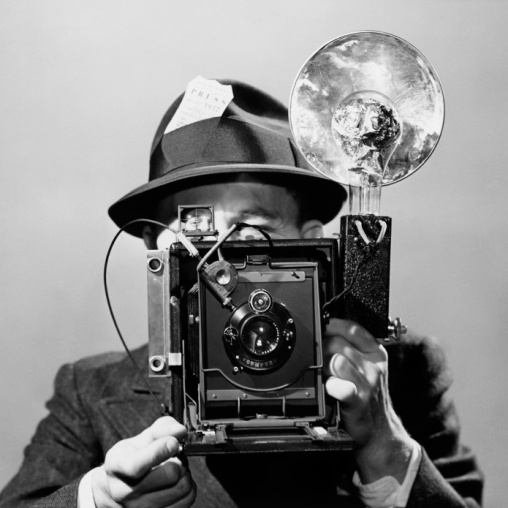 CT6BB1 Newspaper photographer with vintage flashbulb camera